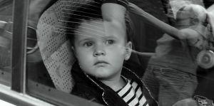 Un bambin prend une pause avant de vous casser les oreilles
