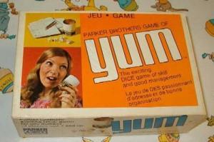Mon jeu de Yum. Je joue sur une nappe pour pas faire trop de bruits avec les dés et aussi parce que j'ai l'habitude de cochonner la table.