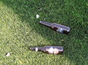 Zont laissés leurs bouteilles vides sur mon terrain les sales.