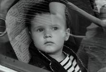 Un jeune bambin prend une pause avant de vous casser les oreilles