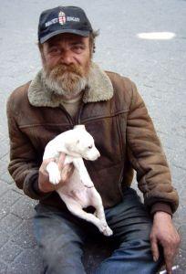 Monsieur Grondin et son chien Rookie, qu'il dégustera pour souper, sont indignés du traitement réservé à Vincent Lacroix.