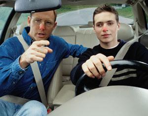 Un ex-grand adolescent en boisson montre à son grand adolescent en boisson comment conduire.