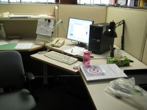 Mon cubicule avant que je commence à travailler. Là il est pareil mais avec plus de miettes de nourriture éparpillées un peu partout.
