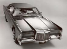 Un gros Lincoln Continental.