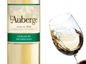 L'Auberge: on doit bien agiter le vin dans son verre avant la dégustation, ou encore se pincer le nez.